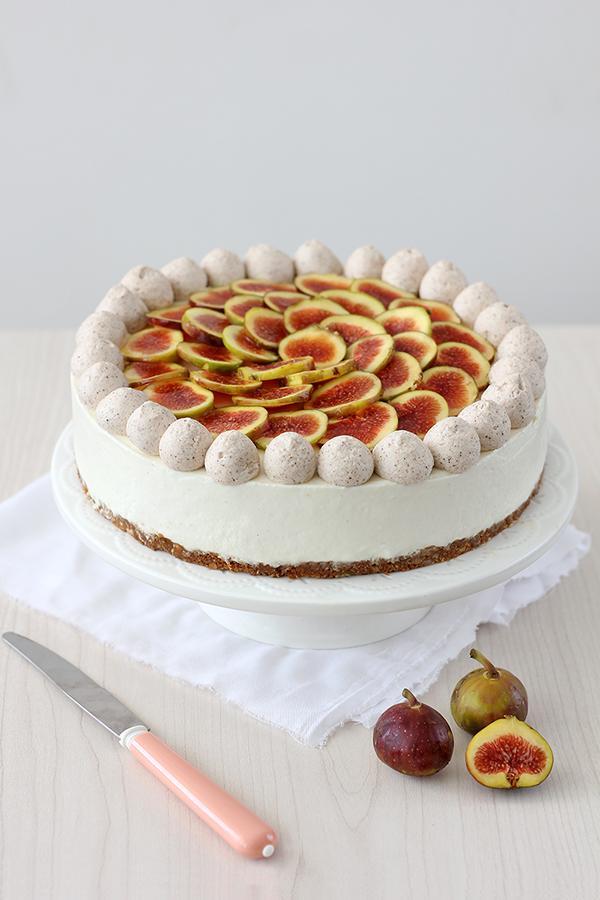 עוגת גבינה קרה עם שוקולד לבן ותאנים