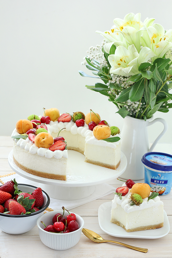 עוגת טנא גבינה ופירות העונה